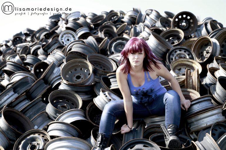 Fotoshooting mit einer jungen Frau auf einem Schrottplatz