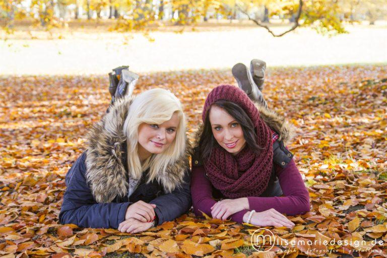 Freundinnenfotoshooting in einem Park in Leipzig