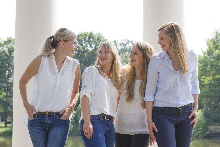 Freundinnenfotoshooting in einem Park bei Leipzig