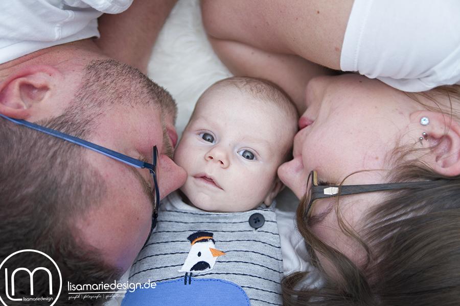 Babyfoto mit einem Kuss bei einem Homeshooting in Leipzig