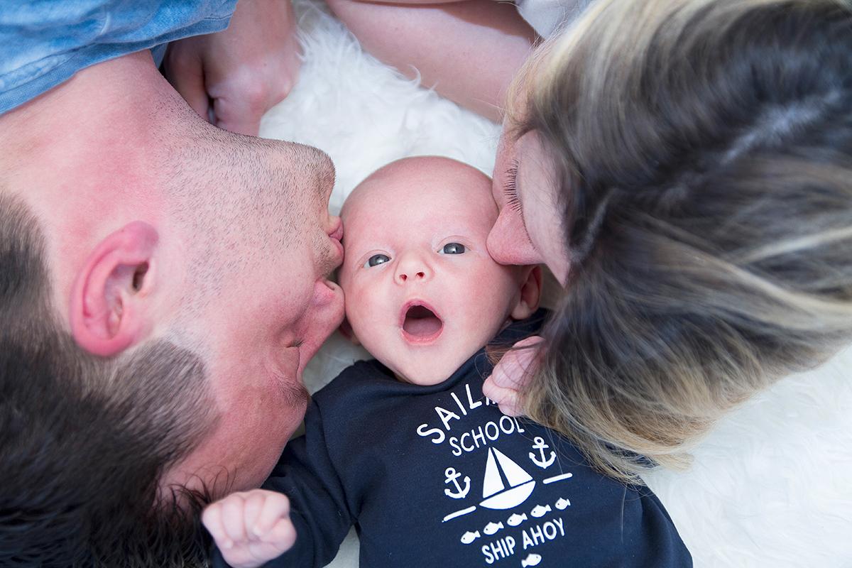 Babyfoto mit Kuss aus einem Homeshooting in Leipzig
