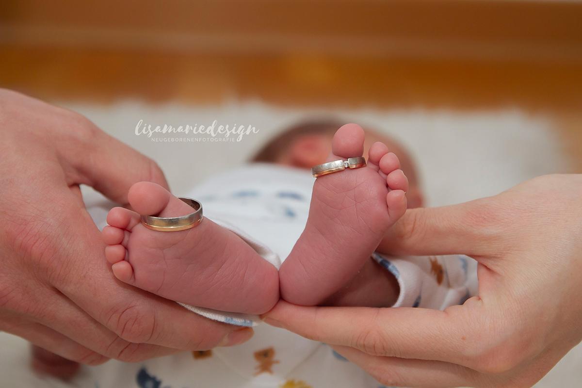 Babyfoto mit den Ringen auf den Zehen aus einem Homeshooting in Leipzig