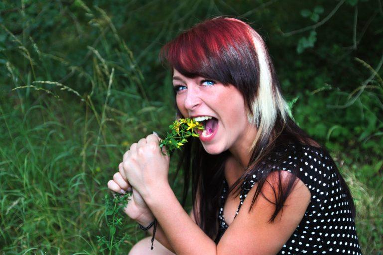 Fotoshooting mit einer jungen Frau in einem Wald