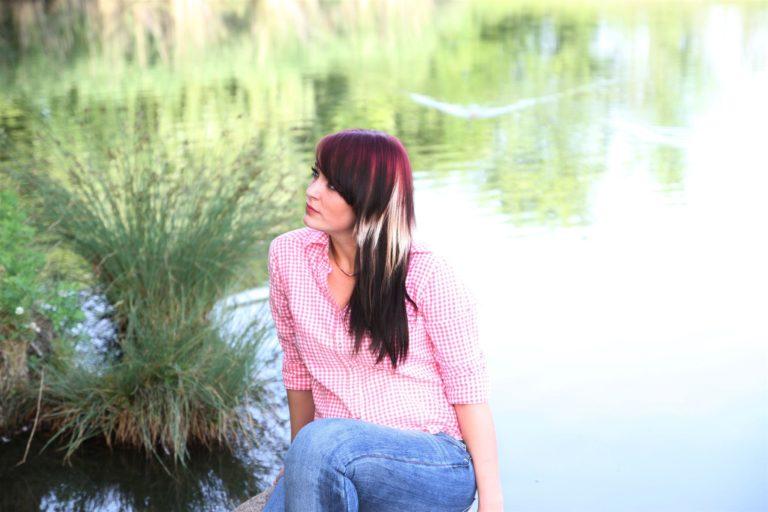 Fotoshooting mit einer jungen Frau an einem See