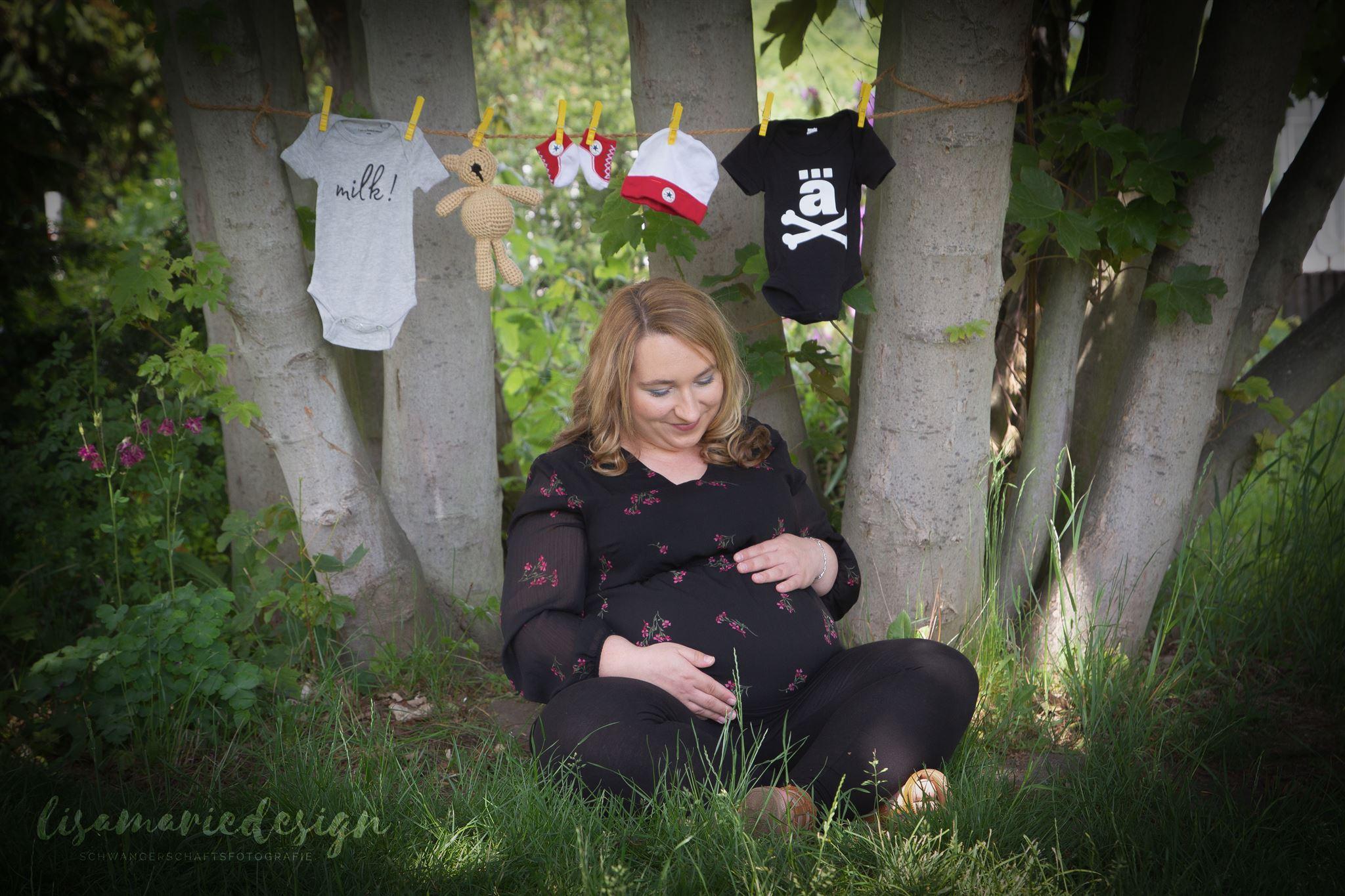 Schwangerschaftsshooting bei einem Outdootshooting in einem Park in Leipzig